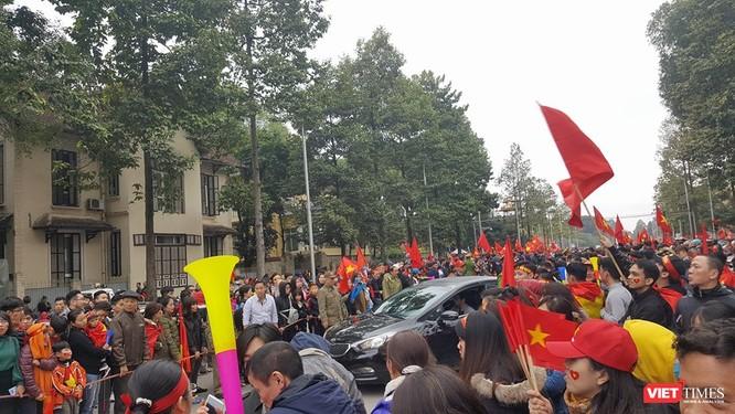 Hàng vạn người đội mưa rét, đứng dọc 30km đón mừng U23 Việt Nam ảnh 56