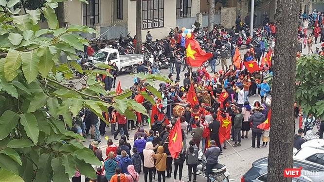 Hàng vạn người đội mưa rét, đứng dọc 30km đón mừng U23 Việt Nam ảnh 57