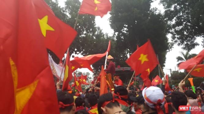 Hàng vạn người đội mưa rét, đứng dọc 30km đón mừng U23 Việt Nam ảnh 58