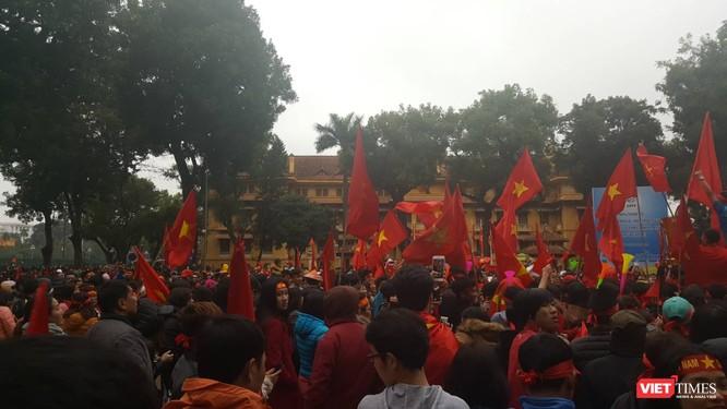 Hàng vạn người đội mưa rét, đứng dọc 30km đón mừng U23 Việt Nam ảnh 59