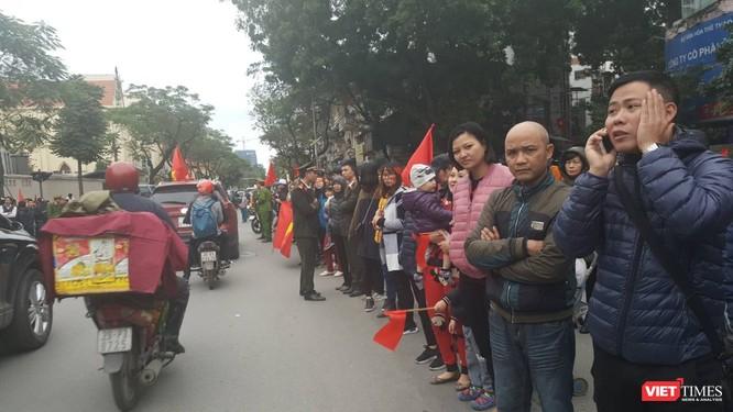 Hàng vạn người đội mưa rét, đứng dọc 30km đón mừng U23 Việt Nam ảnh 60