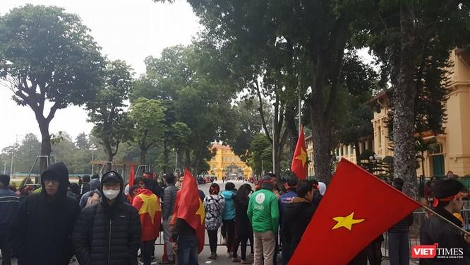 Hàng vạn người đội mưa rét, đứng dọc 30km đón mừng U23 Việt Nam ảnh 62