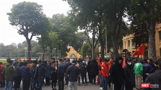 Hàng vạn người đội mưa rét, đứng dọc 30km đón mừng U23 Việt Nam ảnh 63