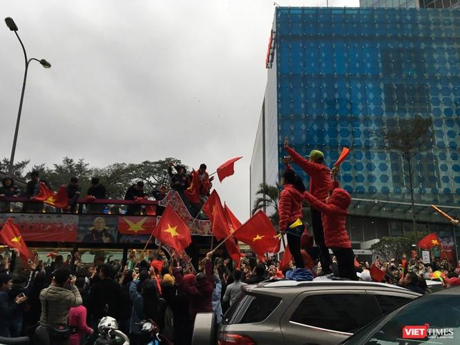 Hàng vạn người đội mưa rét, đứng dọc 30km đón mừng U23 Việt Nam ảnh 64