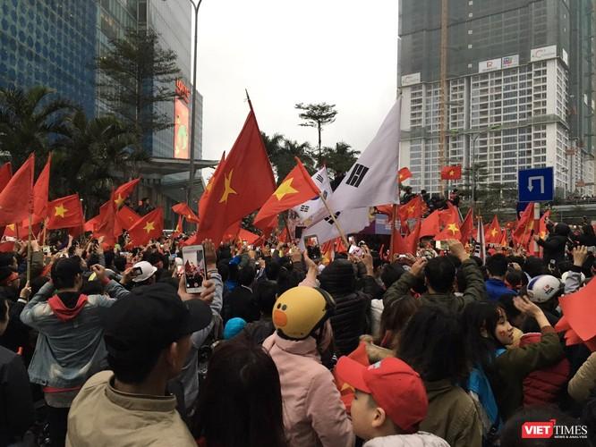 Hàng vạn người đội mưa rét, đứng dọc 30km đón mừng U23 Việt Nam ảnh 65