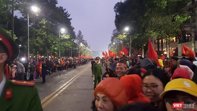 Hàng vạn người đội mưa rét, đứng dọc 30km đón mừng U23 Việt Nam ảnh 67