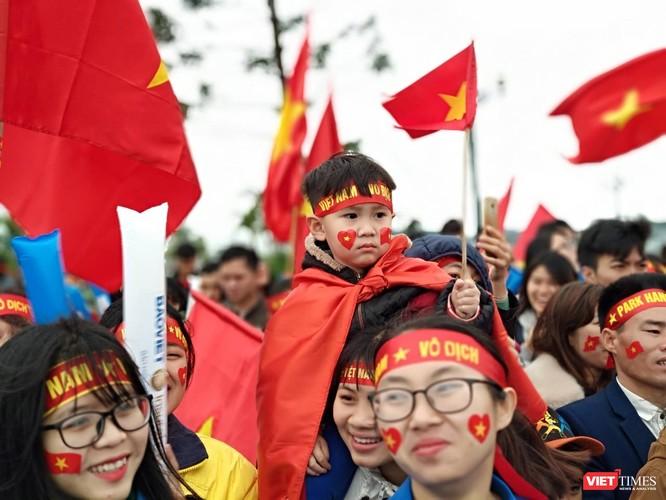 Hàng vạn người đội mưa rét, đứng dọc 30km đón mừng U23 Việt Nam ảnh 5