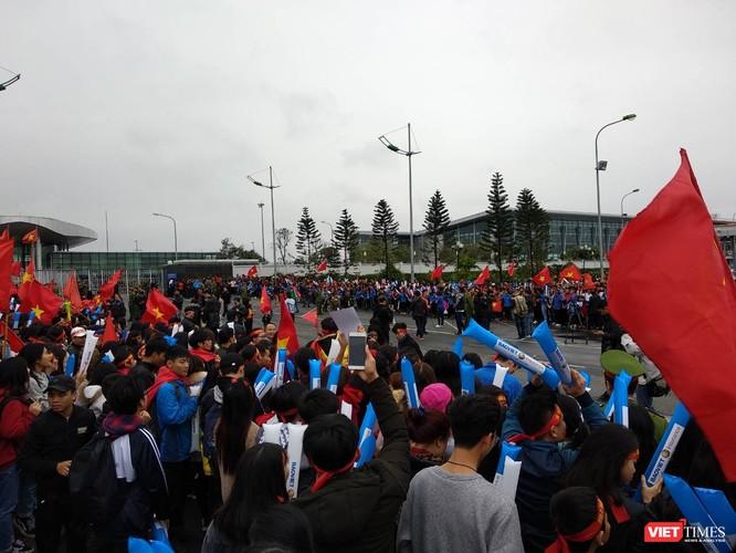 Hàng vạn người đội mưa rét, đứng dọc 30km đón mừng U23 Việt Nam ảnh 6