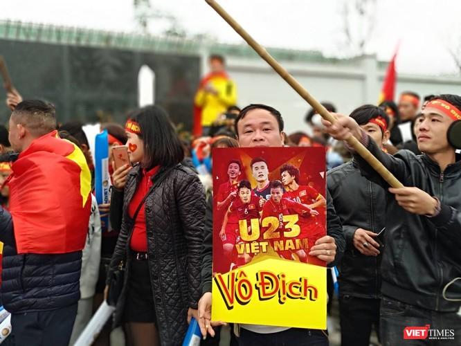 Hàng vạn người đội mưa rét, đứng dọc 30km đón mừng U23 Việt Nam ảnh 7