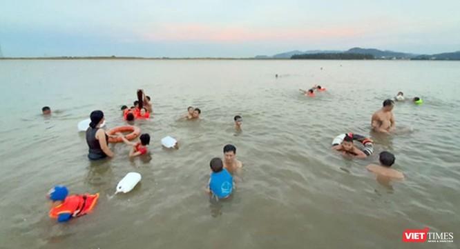Cách cầu bến Thủy tầm 1km, nơi sông Lam có bãi thoải, nước sông không chảy xiết là địa điểm thích hợp tự phát mấy năm nay được nhiều người lựa chọn để tắm.