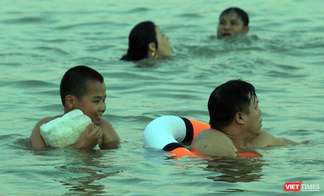 Nghệ An: Nắng như đổ lửa, dân thành phố ra sông Lam tắm giải nhiệt ảnh 4