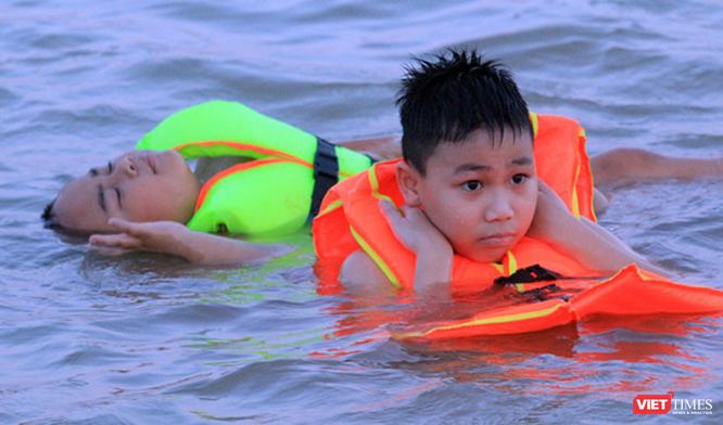 Nghệ An: Nắng như đổ lửa, dân thành phố ra sông Lam tắm giải nhiệt ảnh 5