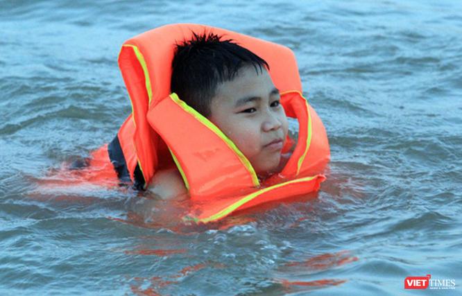 Nghệ An: Nắng như đổ lửa, dân thành phố ra sông Lam tắm giải nhiệt ảnh 7