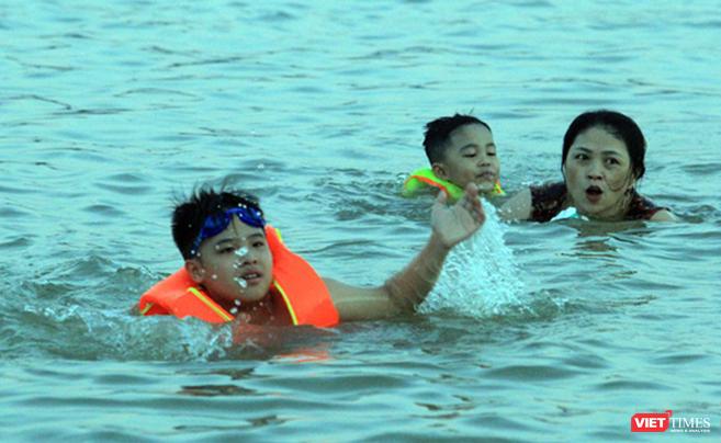 Nghệ An: Nắng như đổ lửa, dân thành phố ra sông Lam tắm giải nhiệt ảnh 8