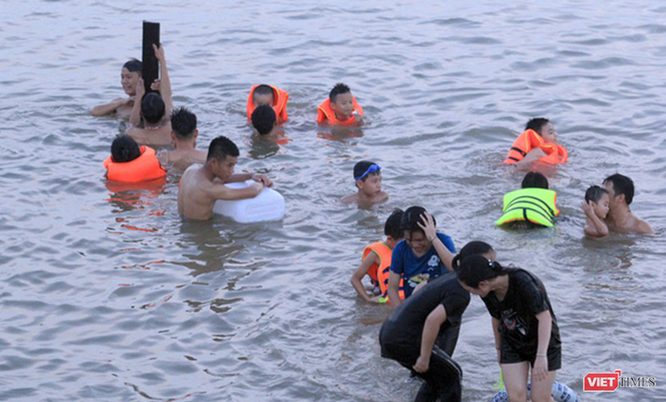 Nghệ An: Nắng như đổ lửa, dân thành phố ra sông Lam tắm giải nhiệt ảnh 9