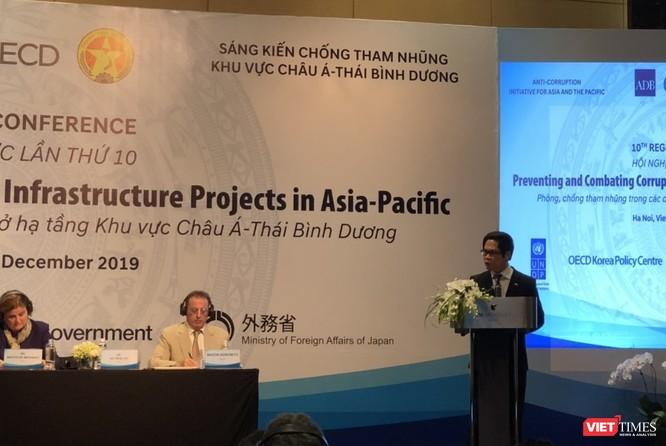 ông Vũ Tiến Lộc, Chủ tịch Phòng Thương mại và Công nghiệp Việt Nam (VCCI) trao đổi tại hội nghị.