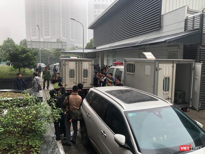 Các bị cáo lên xe rời tòa trong sự siết chặt an ninh và sự quan tâm cao độ của báo chí.
