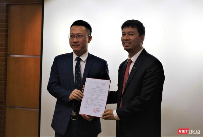 Phó Tổng Giám đốc Đài Tiếng nói Việt Nam Ngô Minh Hiển trao quyết định nhiệm tân Phó Giám đốc Đài Truyền hình Kỹ thuật số VTC Lương Minh Đức