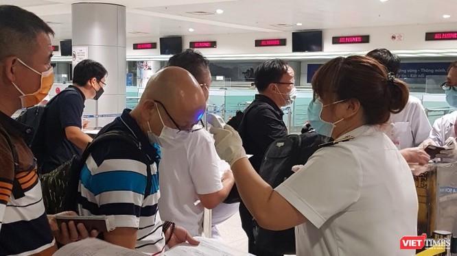 Chuyên gia Việt Nam lên tiếng về quan điểm để COVID-19 lan truyền nhằm tạo miễn dịch cộng đồng ảnh 1