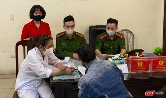 Một phụ nữ ở trung tâm Hà Nội trở thành người đầu tiên bị phạt vì không đeo khẩu trang ảnh 1