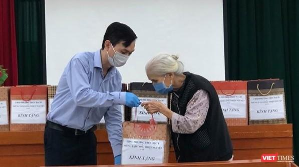 UBND phường Trúc Bạch cùng những tấm lòng thiện nguyện tặng quà cho các cụ già neo đơn, có hoàn cảnh đặc biệt khó khăn tại phường Phúc Tân, quận Hoàn Kiếm
