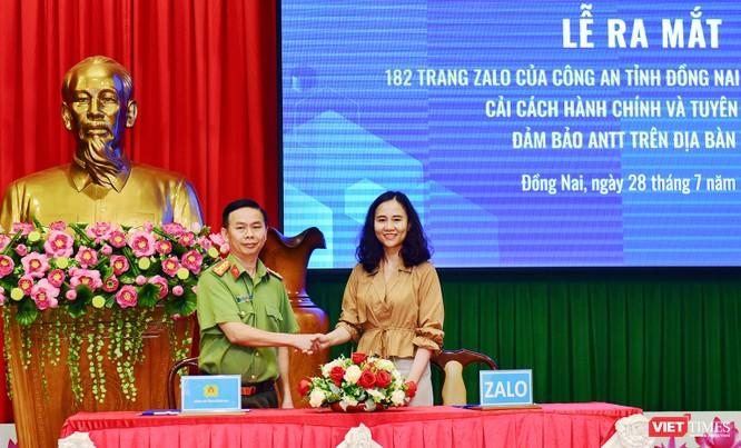 Đại tá Trần Tiến Đạt - Phó Giám đốc Công an tỉnh Đồng Nai và đại diện Dự án Zalo 4.0 ký kết hợp tác.