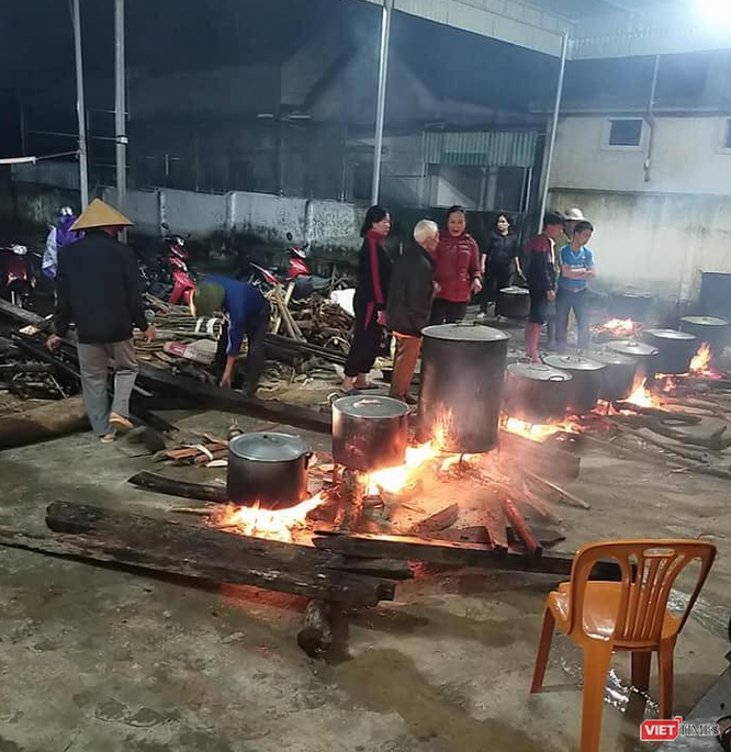 Người dân Nghệ An nổi lửa, gói bánh chưng xuyên đêm để cứu trợ vùng lũ Hà Tĩnh, Quảng Bình ảnh 1