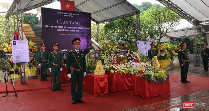 Người dân Nghệ An nổi lửa, gói bánh chưng xuyên đêm để cứu trợ vùng lũ Hà Tĩnh, Quảng Bình ảnh 3