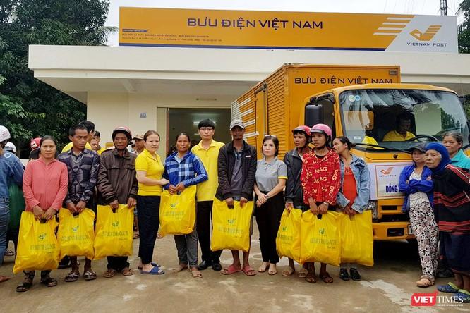 Gần 70 tấn hàng cứu trợ đồng bào lũ lụt miền Trung được Vietnam Post vận chuyển miễn phí ảnh 5