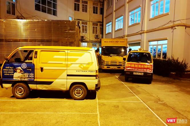 Gần 70 tấn hàng cứu trợ đồng bào lũ lụt miền Trung được Vietnam Post vận chuyển miễn phí ảnh 1