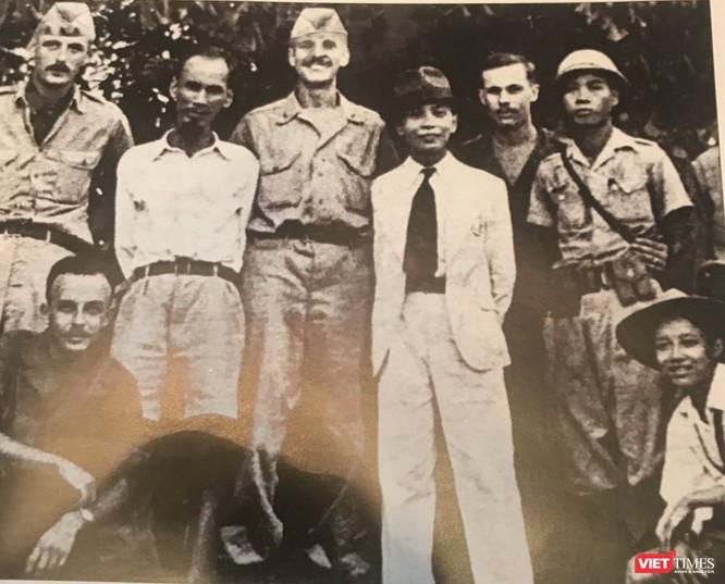 Hồ Chí Minh và Tướng Võ Nguyên Giáp tiếp Patti năm 1945
