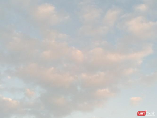 Vầng mây ngũ sắc cùng những chiếc vảy cong cong rất lạ, lấp lánh vô cùng đặc biệt xuất hiện trên bầu trời Hoa Lư, Ninh Bình được chụp tại núi Kỳ Lân.