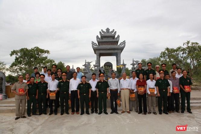 CBCS Tổng Công ty 36 BQP và 32 gia đình liệt sỹ tại buổi lễ khánh thành bia tưởng niệm (ảnh: Nguyễn Công Khang)