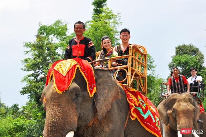 Rước dâu trên lưng voi qua hồ Lắk ảnh 4