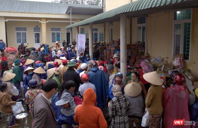 Nhiều phần quà với tổng giá trị 800 triệu đồng được trao đến tay người dân vùng lũ ảnh 2