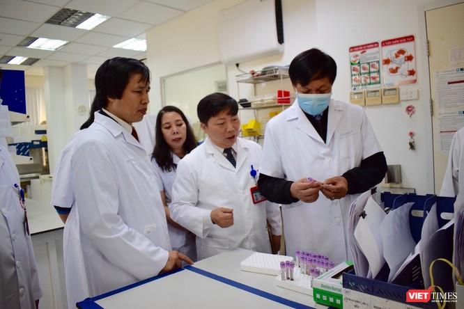 Thứ trưởng Bộ Y tế kiểm tra công tác ứng phó với dịch trong dịp Tết tại 2 bệnh viện lớn ảnh 3