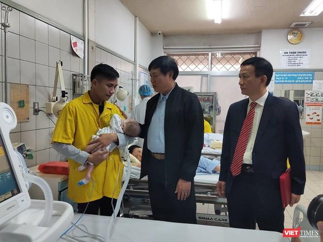 Thứ trưởng Bộ Y tế kiểm tra công tác ứng phó với dịch trong dịp Tết tại 2 bệnh viện lớn ảnh 5