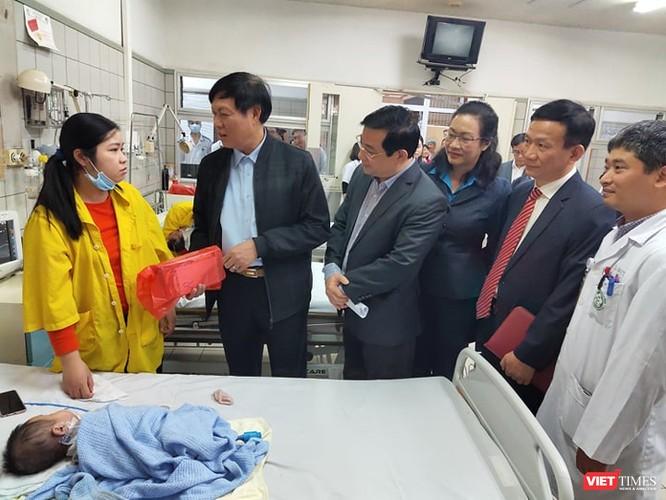 Thứ trưởng Bộ Y tế kiểm tra công tác ứng phó với dịch trong dịp Tết tại 2 bệnh viện lớn ảnh 2