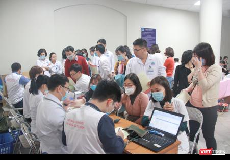 Gần 200 bác sĩ hiến máu cứu người trong dịch Covid-19 ảnh 1