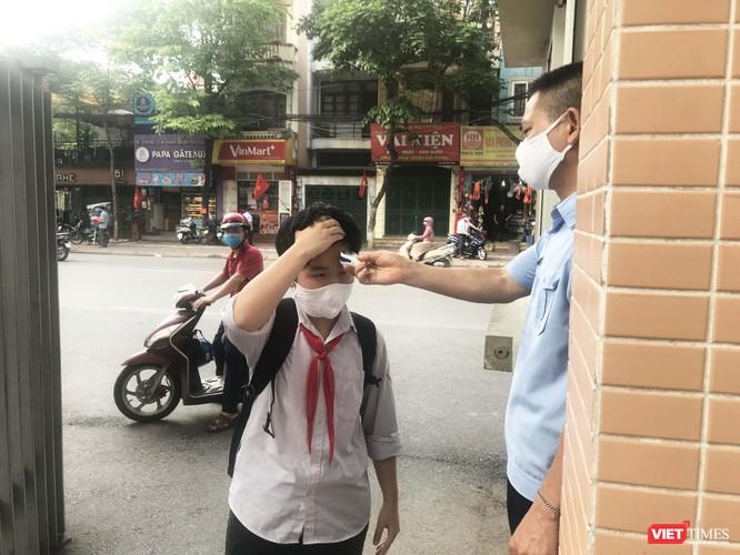 Hà Nội: Học sinh, phụ huynh nói gì trong ngày đầu tiên đi học trở lại? ảnh 14