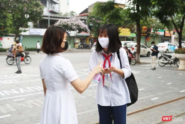 Hà Nội: Học sinh, phụ huynh nói gì trong ngày đầu tiên đi học trở lại? ảnh 3