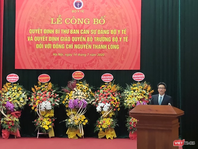 Phó Thủ tướng Vũ Đức Đam trao quyết định quyền Bộ trưởng Bộ Y tế cho ông Nguyễn Thanh Long ảnh 1