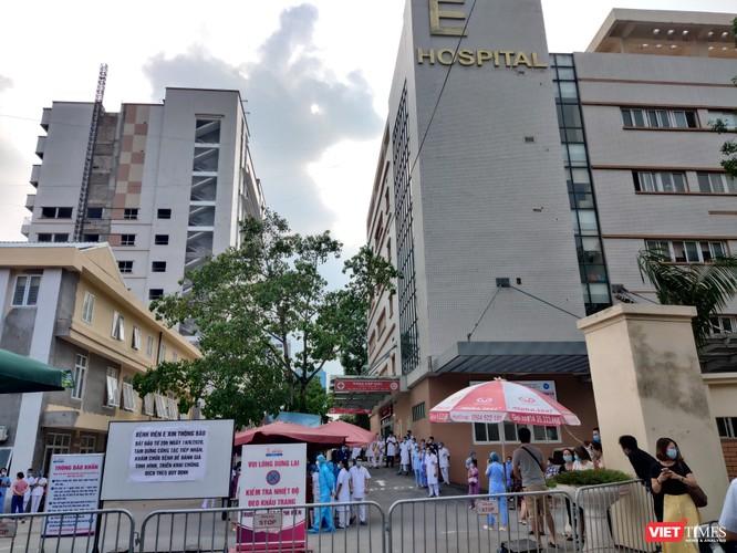 Bác sĩ, bệnh nhân thấp thỏm chờ dỡ phong tỏa Bệnh viện E ảnh 2