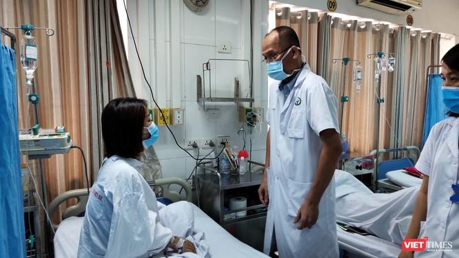 Tiêm filler giá rẻ ở spa, cô gái 27 tuổi hoảng loạn, đau đớn vì suýt mù mắt ảnh 2