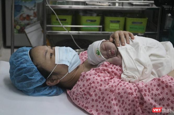 Ảnh: 2 bé gái đầu tiên cất tiếng khóc chào đời đúng thời khắc giao thừa năm mới 2021 ảnh 4