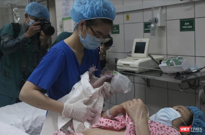 Ảnh: 2 bé gái đầu tiên cất tiếng khóc chào đời đúng thời khắc giao thừa năm mới 2021 ảnh 2