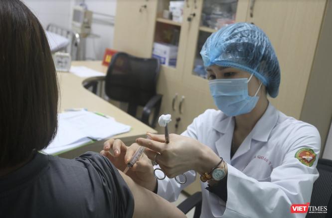 Người nghèo, lao động tự do, mắc bệnh mạn tính trên 65 tuổi sẽ được tiêm vaccine phòng COVID-19 ảnh 1