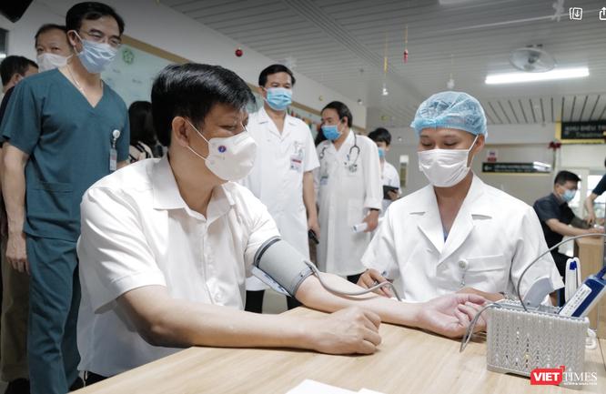Bộ trưởng Bộ Y tế Nguyễn Thanh Long tiêm vaccine phòng COVID-19 ảnh 1