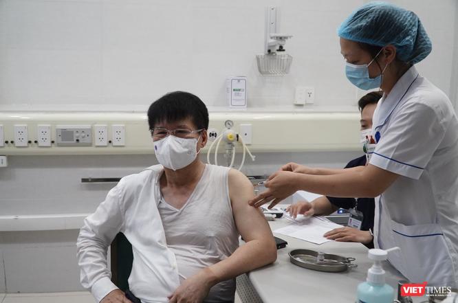 Thứ trưởng Bộ Y tế Trương Quốc Cường nói gì về nguy cơ nhiễm virus SARS-CoV-2 sau tiêm vaccine? ảnh 1