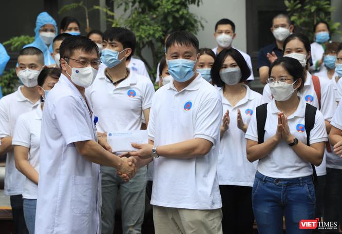 """35 bác sĩ, điều dưỡng trẻ ở Bệnh viện Hữu Nghị lên đường vào """"điểm nóng"""" của COVID-19 ở TP. HCM ảnh 3"""